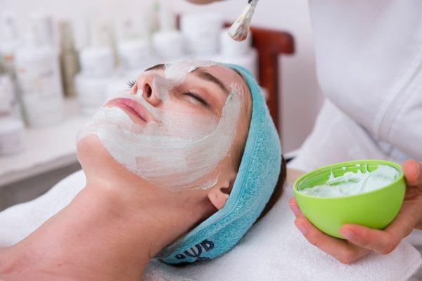 Gezichtsbehandeling of Aromamassage (60 minuten)